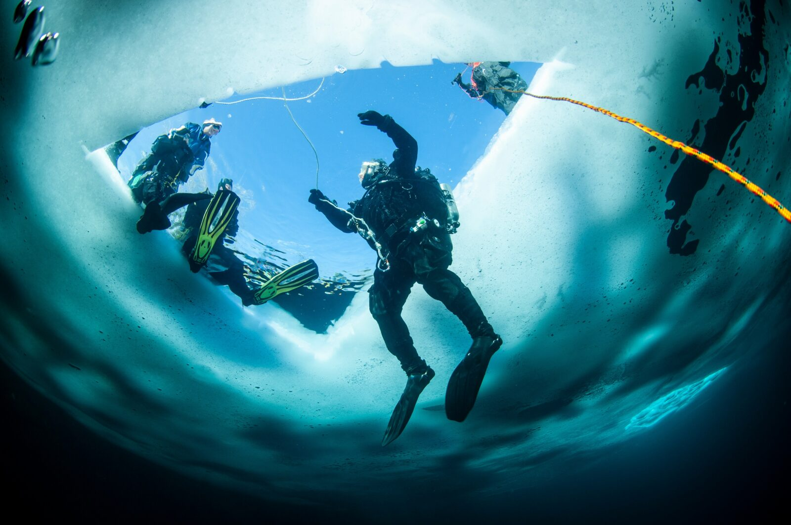 Diving under an ice lake, speed riding, snowkiting... Discover the best spots for a sensational holiday in every respect!